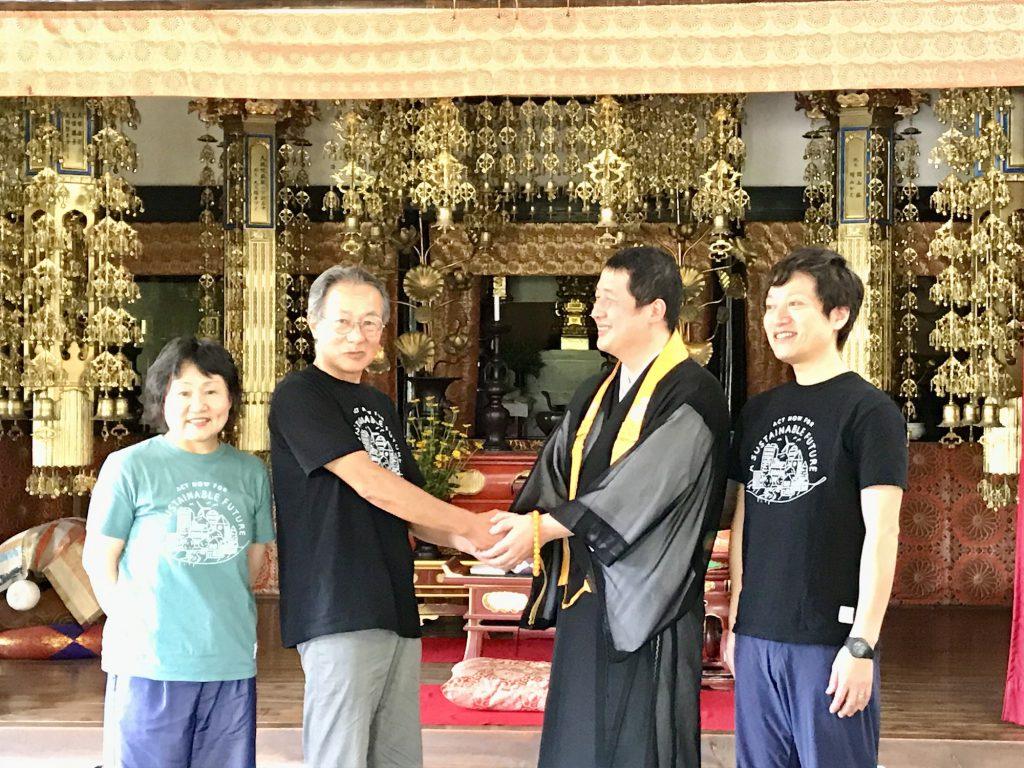 お寺の本堂での記者会見